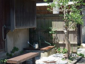 旧河野邸の前庭に復活した井戸。