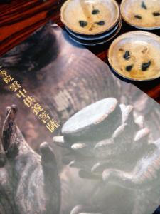 京都みやげ、黄瀬戸の豆皿と平等院の図録。