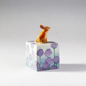 野兎とレンゲ草陶箱 藤吉憲典