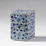 肥前磁器の美:藤吉憲典の器「染付牡丹唐草文三段重箱」