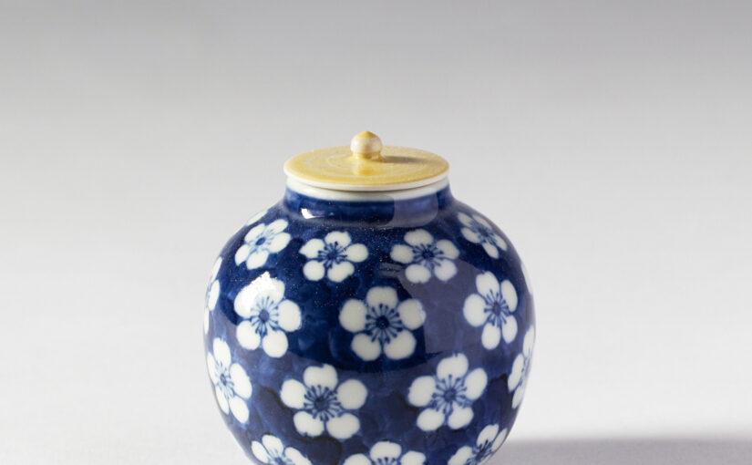 肥前磁器の美:藤吉憲典の器「染付梅散し文小壺」