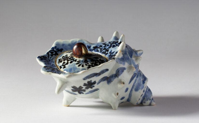 肥前磁器の美:藤吉憲典の器「染付栄螺型香炉(そめつけ さざえがた こうろ)」