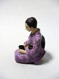 """藤吉憲典の器「色絵磁器人形(いろえ じき にんぎょう)""""お茶を飲む婦人"""""""