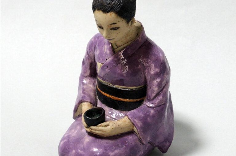 """肥前磁器の美:藤吉憲典の器「色絵磁器人形(いろえ じき にんぎょう)""""お茶を飲む婦人""""」"""